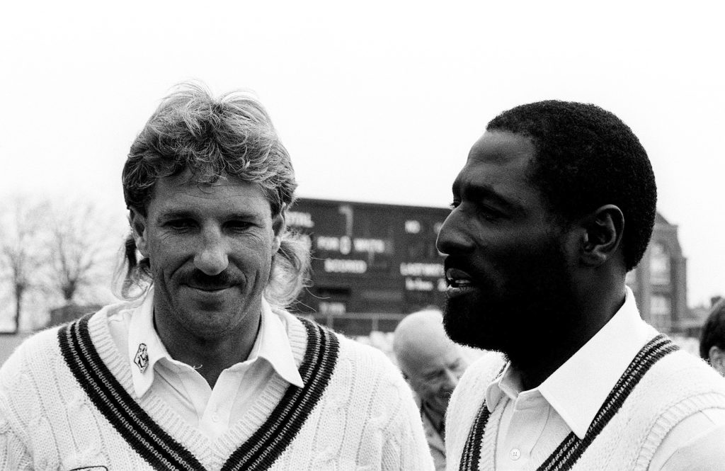 Ian Botham (L) and Viv Richards.